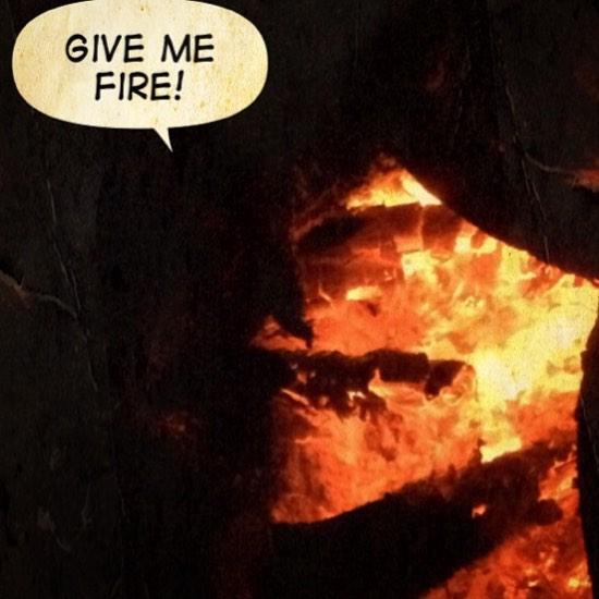 Gesicht im Feuer mit Sprechblase: Give me fire.