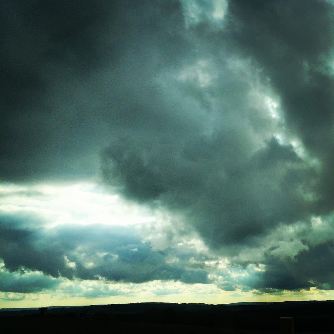 Schwere Wolken mit kleinem Sonnenfenster. Gestern.