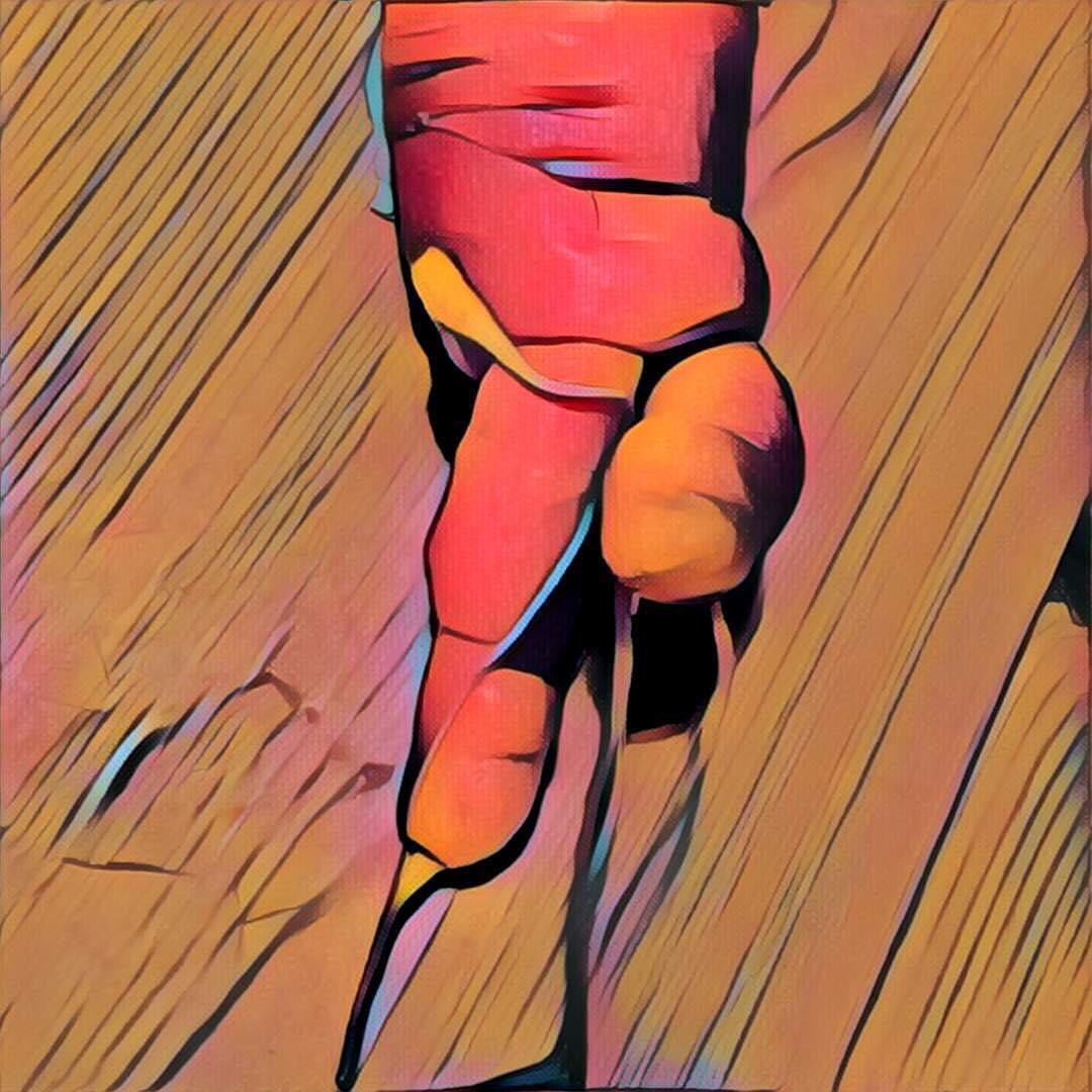 Grafisch veränderte Karotte, der zwei Beine zu tanzen scheinen.