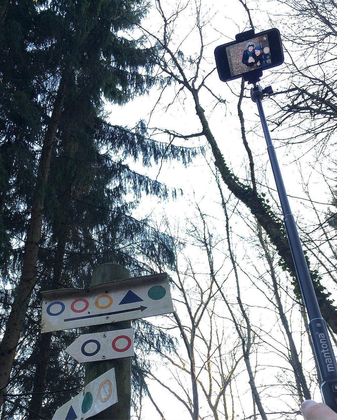 Waldlichtung – Handy am hoch gehaltenen Selfiestick mit dem Liebsten und mir drauf